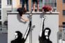 Пожалуй, самым известным — и самым живучим — протестным арт-объектом в Белоруссии можно считать этот мурал (трафаретный рисунок) на трансформаторной будке во дворе одного из столичных ЖК. Местные жители настолько активно протестуют, что место уже прозвали в народе «Двор перемен».   <br></br> Изображение посвящено двум диджеям, которые работали на государственном фестивале дошкольного образования в Минске за несколько дней до выборов. Кирилл Галанов и Владислав Соколовский включили там песню группы «Кино» «Перемен!» и стояли, вскинув вверх руки, пока их не задержали. Их фотография облетела СМИ и получила мировую известность. Снимок стал основой для мурала. Когда именно рисунок появился во «Дворе перемен», точно сказать нельзя. Но с начала сентября он стал объектом постоянной невидимой борьбы между жителями и представителями власти.