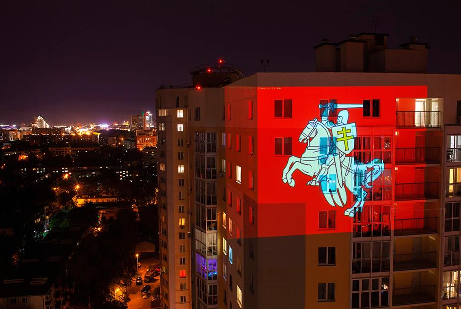 Проекции оппозиционной символики начали появляться на многих домах Минска после крупных акций протеста и значимых событий.