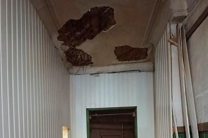 В квартире российской семьи обрушились бетонные конструкции потолка