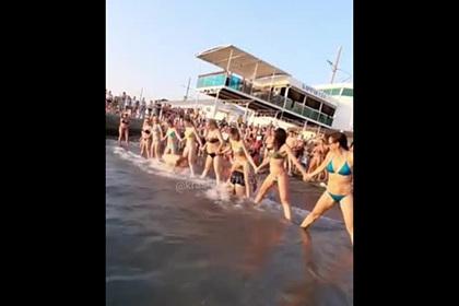 Странные развлечения туристов в Адлере попали на видео