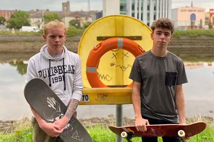 Два скейтбордиста спасли упавшего в реку мужчину