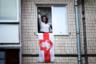 Активисты, которые вывешивают флаги, иногда активно сопротивляются и успевают забрать символы протеста, прежде чем их уничтожат. В конце августа следователям из Витебска пришлось найти и вернуть местной жительнице снятый с ее балкона бело-красно-белый флаг — женщина написала заявление о краже.