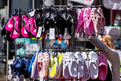 Культовая дырявая обувь из резины вновь стала трендом