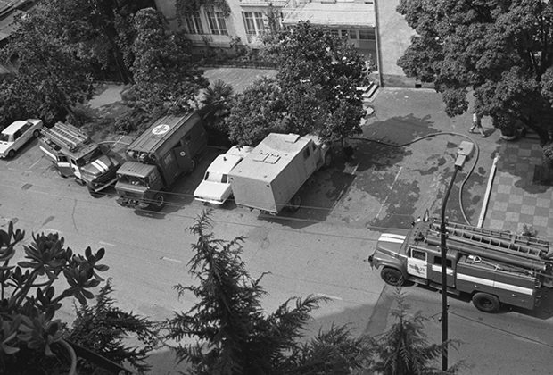 Спецтранспорт у захваченного СИЗО в Сухуми