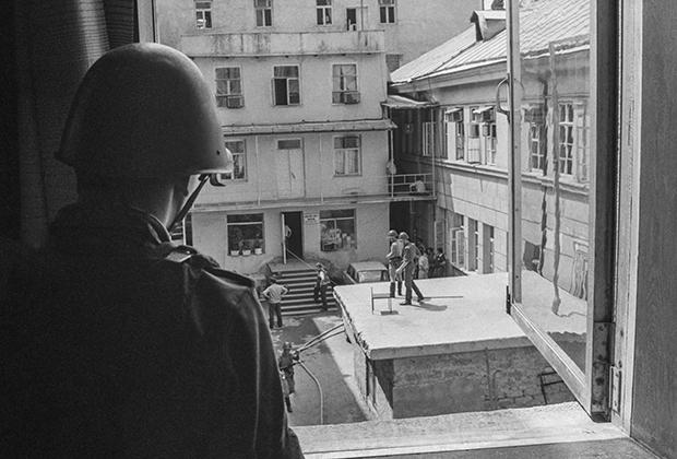 Боец спецназа на фоне СИЗО в Сухуми