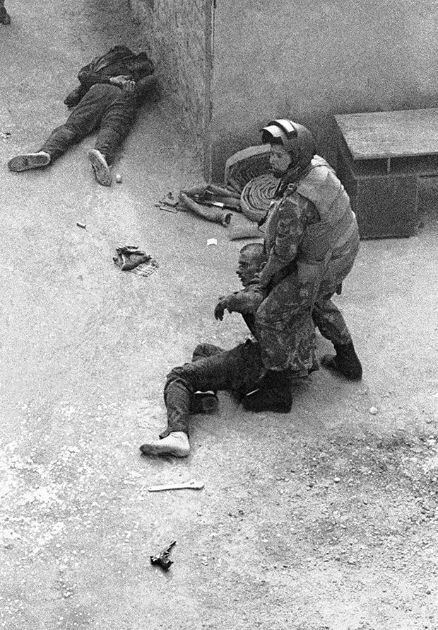 Момент операции по освобождению захваченного СИЗО в Сухуми