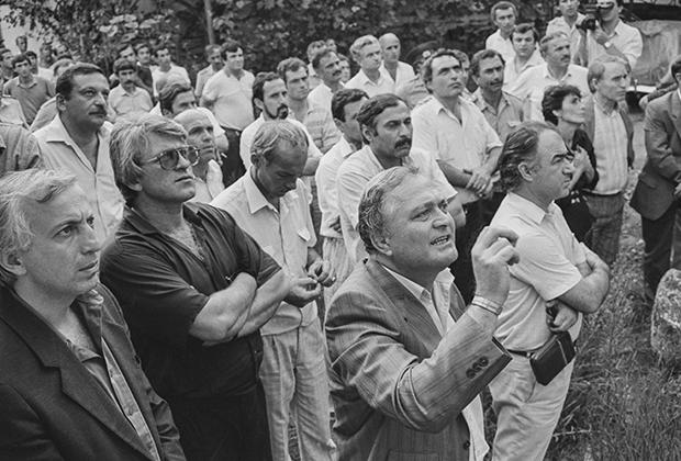 Переговоры с захватчиками СИЗО в Сухуми. На переднем плане — глава МВД Абхазской АССР Гиви Ломинадзе