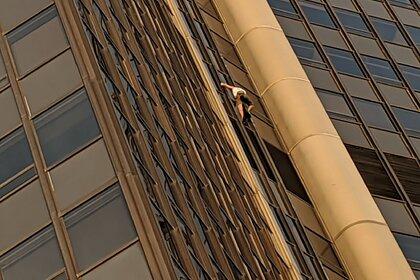 Турист попытался без страховки залезть насамый высокий небоскреб встолице франции