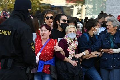 Участницы женского марша вМинске отбили мотоциклиста усиловиков
