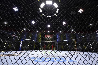 Боец MMA лежа на спине отправил соперника в нокаут