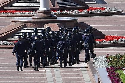 К резиденции Лукашенко подъехала бронированная техника и водометы