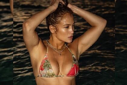 Дженнифер Лопес поделилась фото в бикини и вдохновила поклонников