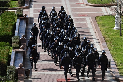 Сотрудники правоохранительных органов на площади Независимости в Минске