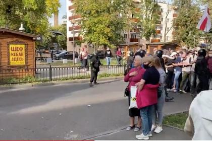 В Белоруссии ОМОН распылил протестующим в лицо перцовый баллончик
