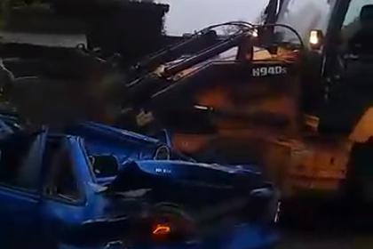 Россиянин напился, угнал трактор, раздавил машину знакомого и попал на видео