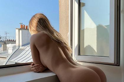 Модель популярного бренда снялась обнаженной перед открытым окном
