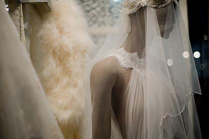 Невеста решила спустить подаренные дедом деньги на два платья и прослыла жадной