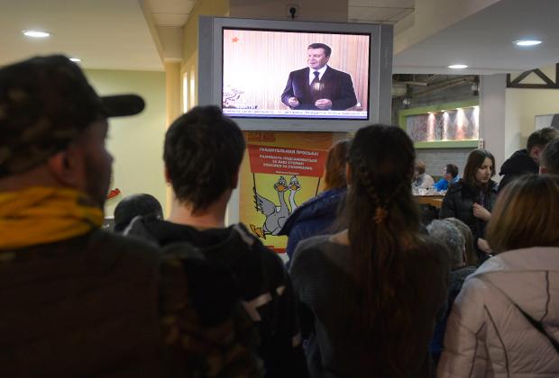 Украинцы смотрят выступление Виктора Януковича