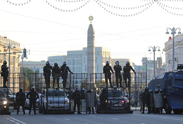 Белоруссий ОМОН перекрывает центральные улицы Минска с помощью новой спецтехники