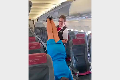 Стюардесса помогла коллеге встать на руки посреди салона и попала на видео