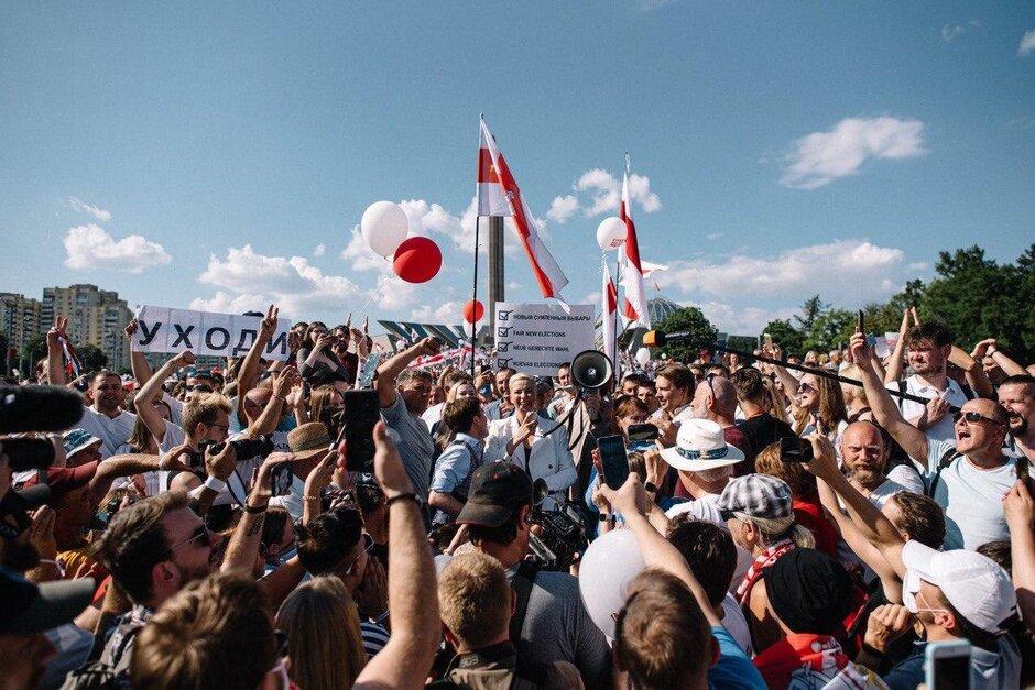 Лидер оппозиции Мария Колесникова (в центре) выступает в поддержку забастовок