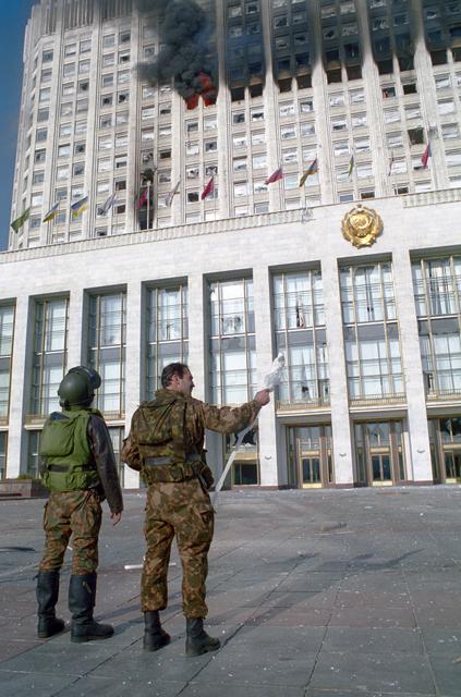 Военные у Белого дома в Москве. Октябрь 1993 года
