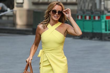 49-летнюю телеведущую вновь сфотографировали в платье на голое тело