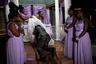 Дафна Джерард до последнего сомневалась, что сумеет отпраздновать свадьбу из-за многомесячных волнений, охвативших столицу Гаити. Ее жених, Стэнли Джозеф, был готов пойти на все: даже зафрахтовать самолет, чтобы доставить родителей невесты с юго-востока страны. «У нас на Гаити всегда какие-то проблемы. Переждать их не выйдет. Надо просто брать и делать», — заявил он.  <br><br> В день свадьбы жених и невеста добирались до церкви по проселочным тропам — все главные дороги города были перекрыты бастующими. Взявший на себя решение всех проблем Джозеф очень сильно нервничал, но в то же время был безмерно счастлив, когда в итоге все же надел кольцо на палец любимой девушки.