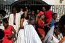 Крестная мать Вудна Вернет тоже надела белое платье на свадьбу, на Гаити это не считается бестактностью. Подружки невесты и друзья жениха часто наряжаются так похоже на главных героев церемонии, что проходящие мимо церкви люди не могут понять, у кого именно в этот день свадьба.