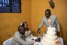 Многие пары устраивают свадьбы в одной церкви одновременно, чтобы разделить расходы за церемонию.