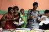 В стране, где более половины населения живет за чертой бедности на 2,41 доллара в день, только самые богатые гаитянские пары могут позволить себе устроить торжественный прием, накормить всех гостей, а после этого еще и отправиться в свадебное путешествие. Часто молодожены не устраивают банкет или, если дело происходит в сельской местности, подают весьма незатейливые угощения: выпечку, жареные бананы, рис или просто кофе.  <br><br> Иногда яства на свадебный банкет собирают буквально всей деревней. На свадьбах могут вспыхивать серьезные конфликты, если еды на всех не хватает или же если очень хитрый гость пытается забрать угощения себе домой. <br><br> Если на свадьбе и есть торт, он, как правило, не слишком большой. Поэтому угощение выставляют на всеобщее обозрение, а потом жених и невеста забирают его домой, где съедают в узком кругу самых близких родственников.