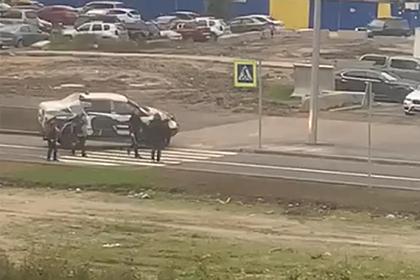 Фитнес-тренер выехал на тротуар, избил россиянку с детьми и попал на видео