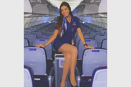 Стюардесса в мини-юбке попозировала на тележке для еды на борту самолета