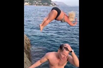 Прыжок полной туристки со скалы в Черное море попал на видео и рассмешил россиян