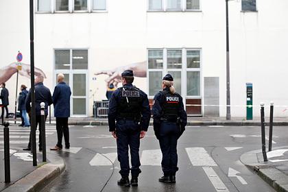 Террористы с ножами напали на людей около бывшего здания Charlie Hebdo