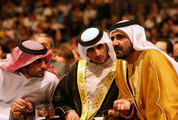 Премьер-министр ОАЭ Мохаммед бин Рашид аль-Мактум с сыновьями Рашидом и Ахмедом на церемонии вручения дипломов Американского университета в Дубае,  13 мая 2006 года