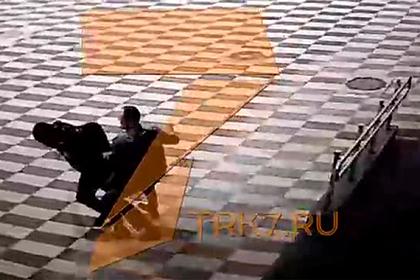 Пьяный россиянин подрался с двумя полицейскими в аэропорту и попал на видео
