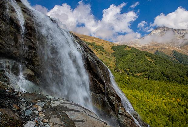 Алибекский водопад на территории Тебердинского государственного природного биосферного заповедника