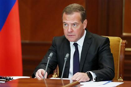 Медведев оценил идею назвать улицы в честь умерших врачей с коронавирусом