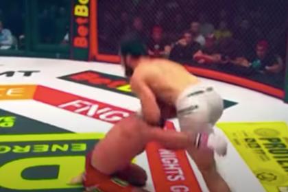 Российский боец MMA ударил соперника коленом в голову