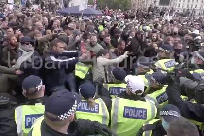 Протестующие против изоляции из-за коронавируса в Лондоне ранили полицейских