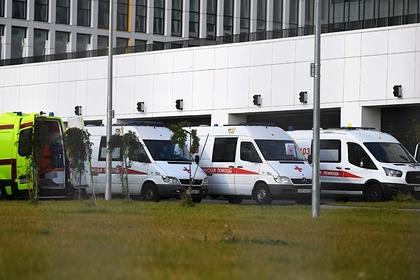 Машины скорой медицинской помощи возле карантинного центра в Коммунарке.