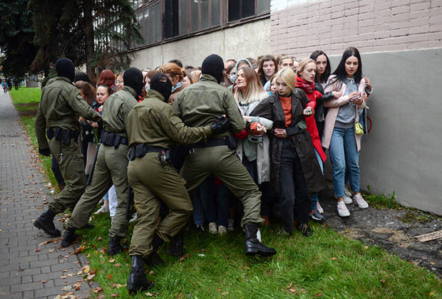 Белорусские силовики задерживают активисток из оппозиции в Минске. 8 сентября 2020 года