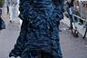Другие гости итальянских дизайнеров, напротив, подготовились к мероприятиям с избыточной тщательностью. Для стритстайл-съемки поклонница Dolce & Gabbana смастерила костюм, напоминающий застывшую вулканическую лаву. Одеяние, состоящее из платья с объемными рукавами, брюк, мантии с капюшоном и маски, не только приковало к ней внимание фотографов, но и защитило от пресловутого коронавируса.