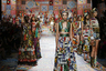 """Особое впечатление на зрителей произвела коллекция модельеров Доменико Дольче и Стефано Габбана, представленная на подиуме Милана. Восторг их оказался неслучайным: каждое платье команда Dolce & Gabbana изготовила вручную в технике пэтчворк. «Мы вырезали квадратные части и сшивали их вместе, соединяя ткани, которые есть у нас дома, вместе с новыми. Техника пэтчворк символизирует объединение различных культур. Наша цель — сделать каждый экземпляр действительно единственным в своем роде», — <a href=""""https://lenta1.ru/news/2020/09/24/dgrunway/"""" target=""""_blank"""">добавили</a> дизайнеры. <br> <br> По словам Доменико Дольче и Стефано Габбана, новая линейка вдохновлена итальянским островом Сицилия и его «уникальными» контрастами."""