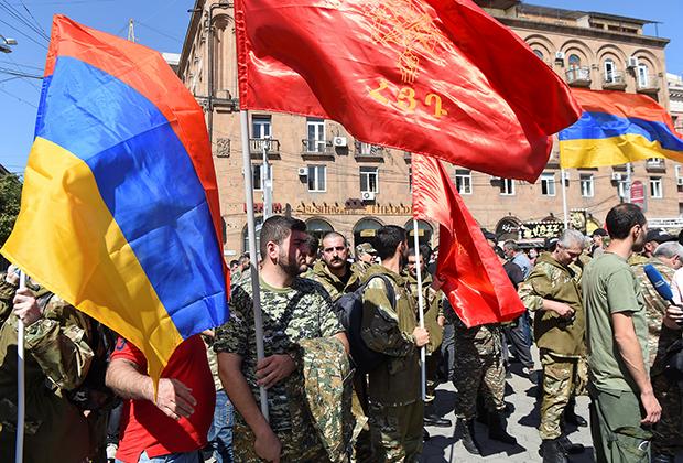 Добровольцы собрались в центре Еревана через несколько часов после начала боевых действий