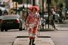 Каким именно кинематографическим персонажем — Безумным Шляпником из «Алисы в Стране чудес» или клоуном Пеннивайзом из хоррора «Оно» — вдохновлялась команда бренда Marni, точно определить трудно. Однако с задачей представить одну из самых эпатажных коллекций на Неделе моды в Милане они справились отлично. Дизайнер не остался в стороне и от сегодняшних мировых трендов: на манекенщике — нежно-розовое пальто с популярным принтом из рукописных лозунгов.