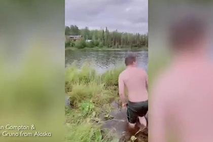 Подросток поймал рыбу голыми руками при падении в озеро и попал на видео