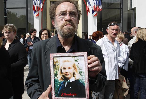 Отец одной из жертв Фурнире с фотографией убитой дочери