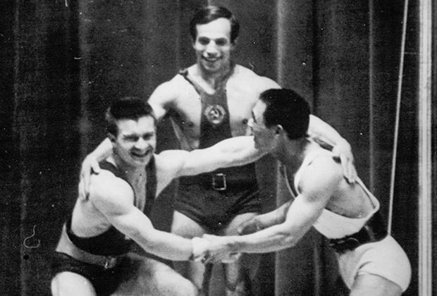 Алексей Вахонин (в центре)